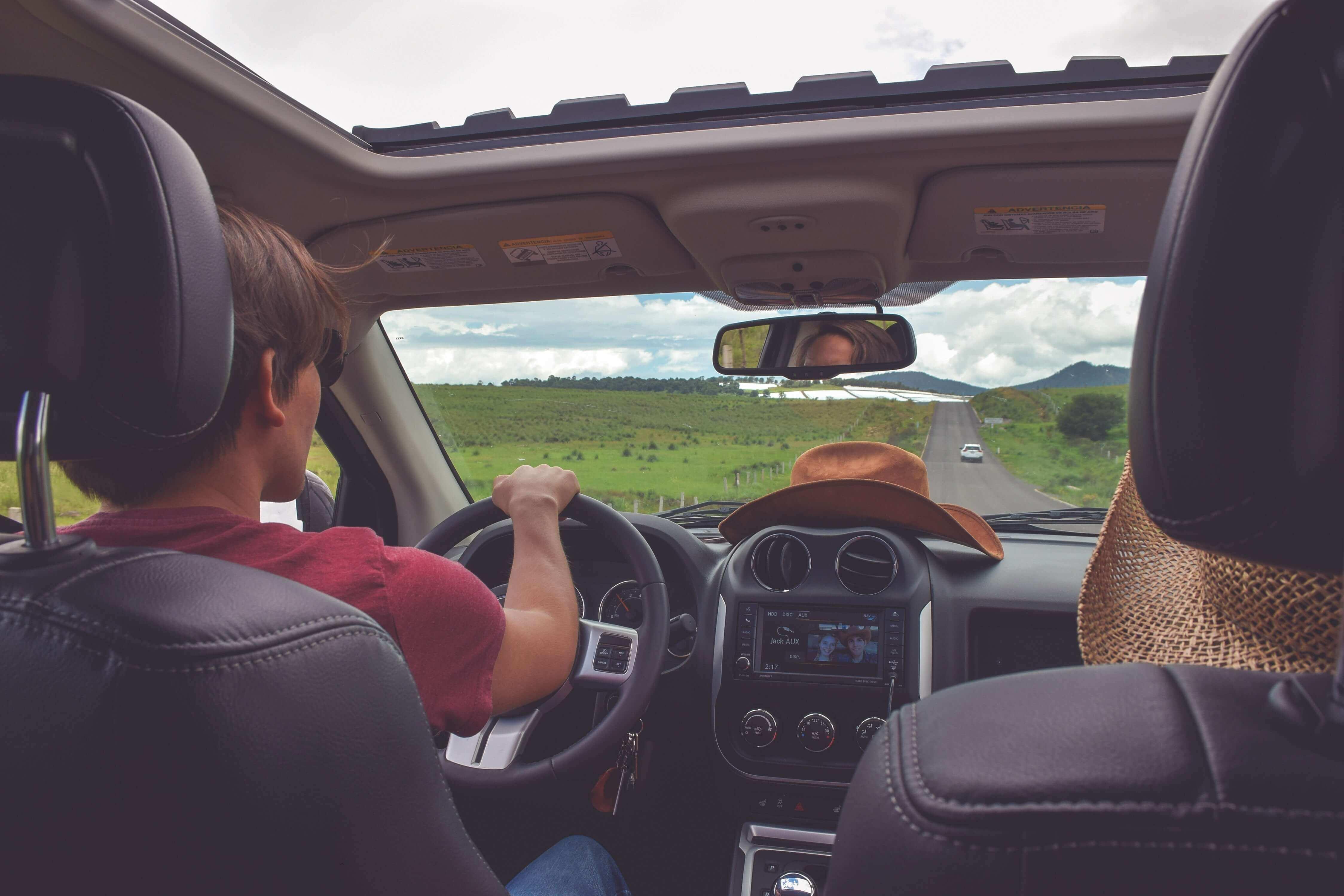 coche verano con música para viajar