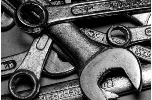 Imagen de llave inglesa para reparar coche averiado para blog viajar en coche