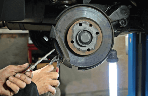 Revisando los frenos para el mantenimiento del coche